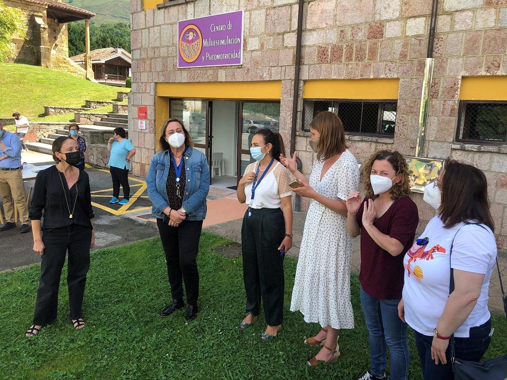 La consejera de Derechos Sociales y Bienestar, Melania Álvarez, con el equipo de profesionales del IES Rey Pelayo y de Emburria, que han desarrollado un proyecto de accesibilidad cognitiva en Cangas de Onís