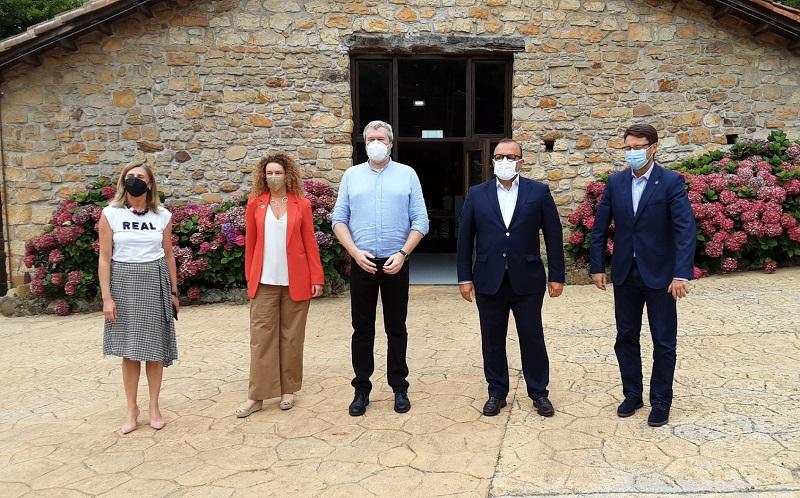 De izquierda a derecha: La Directora General del IDEPA, Eva Pando, Francesca Gabetti; el CEO de Bedrock Intelligence,  Alex Lawton; el  CEO de Mind Facilities, Jaime Pire y el consejero de Industria, Empleo y Promoción Económica,  Enrique Fernández