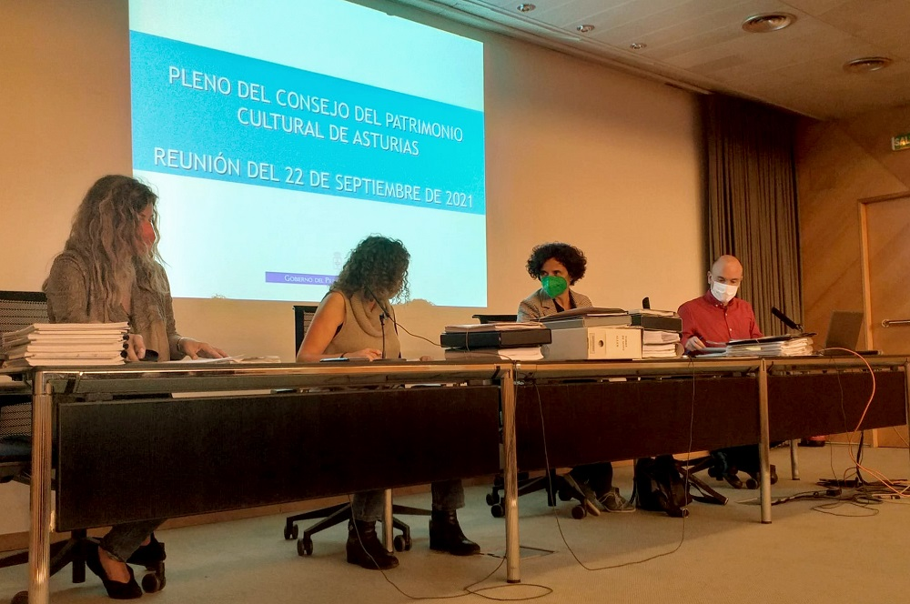 foto del pleno del Consejo de Patrimonio Cultural del Principado, que se ha reunido esta tarde, presidido por la consejera de Cultura, Política Llingüistica y Turismo, Berta Piñán (tercera por la izquierda en la imagen).
